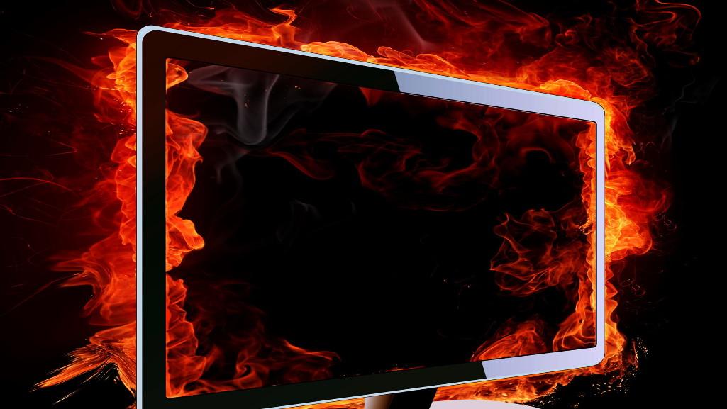 Monitor en llamas