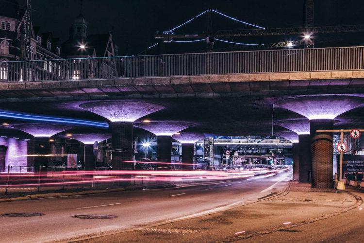 Luches de coche bajo puente