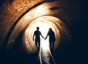 pareja de la mano al final del tunel