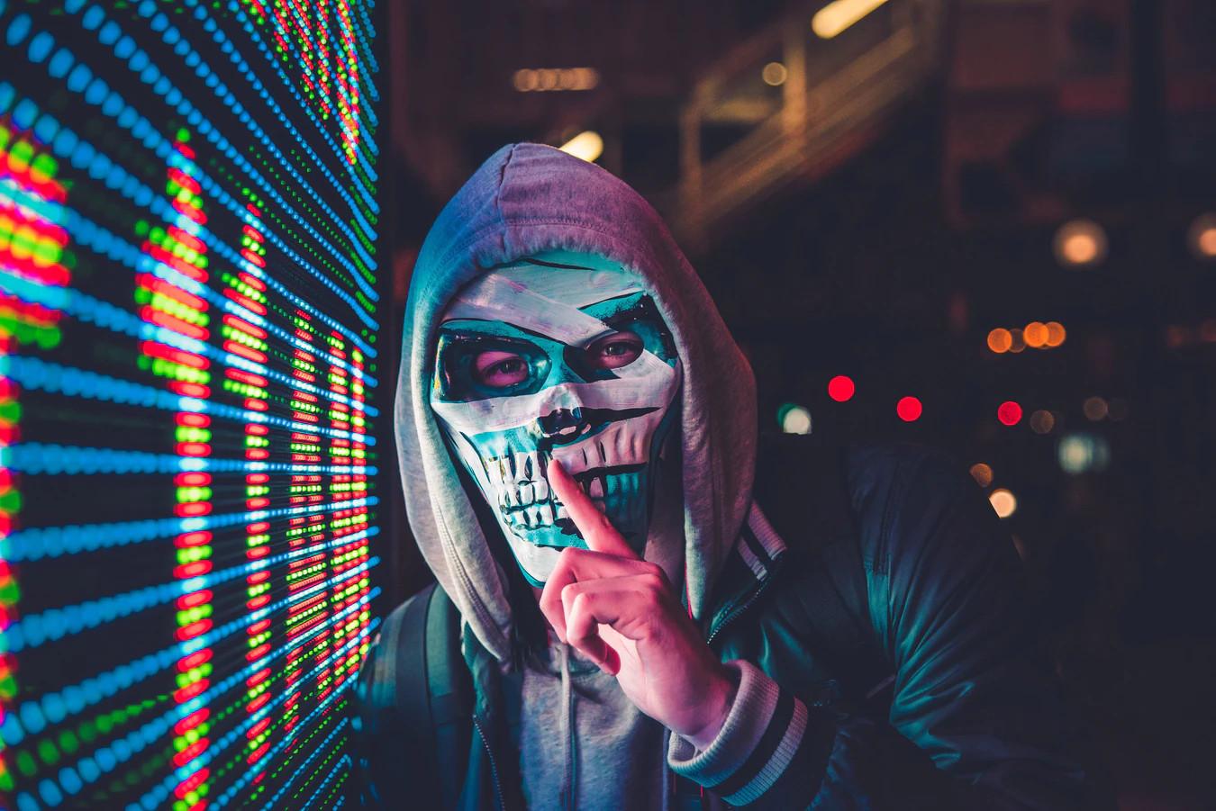 hombre con mascara mexicana y gesto con el dedo de silencio